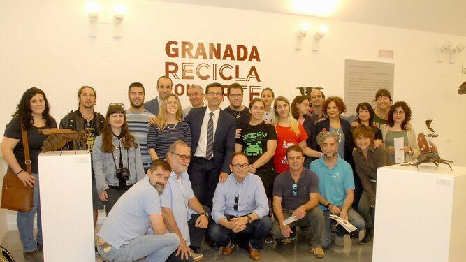 Foto de familia del alcalde de Granada, Paco Cuenca, junto a los artistas, el director de la Escuela de Arte, Blas Calero y el director de Inagra, Sebastián Fernández.