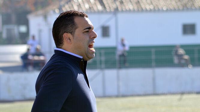 Germán Crespo da indicicaciones a sus jugadores durante un encuentro de esta temporada.