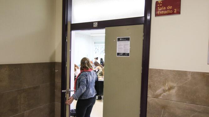 Una estudiante entra en la sala de estudio de Políticas.