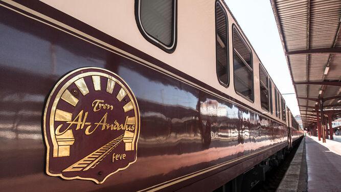 El tren Al-Ándalus entró ayer en la estación de Andaluces.