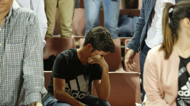 Las lágrimas de los aficionados no faltaron en la despedida de Primera.