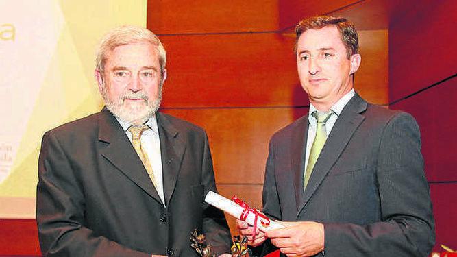 Frutados Verde Maduros. Campopineda de Piñar. Entrega Gustavo Rodenas, presidente del CRDO Montes de Granada, recoge Antonio López Barajas.