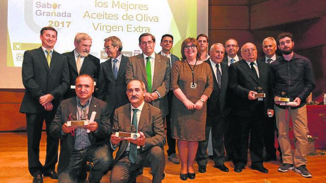 Los premiados posaron con sus galardones los responsables institucionales.