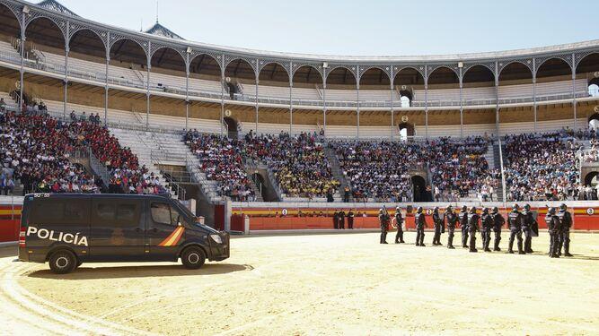 En la exhibición, que se celebró en la Plaza de Toros de Granada, participaron en torno a 200 agentes de Policía.