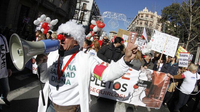 Decenas de personas se vistieron de payaso en una de las marchas sanitarias.