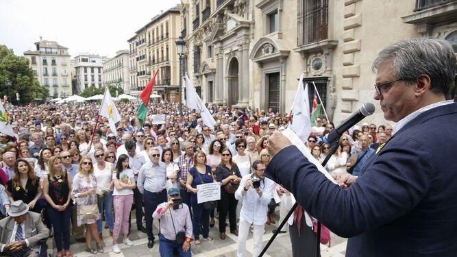 César Girón se dirige a los manifestantes que luchan por la capitalidad judicial.