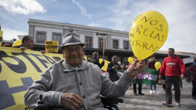 El histórico militante del PSOE, Pepe Díez, no se pierde una protesta.