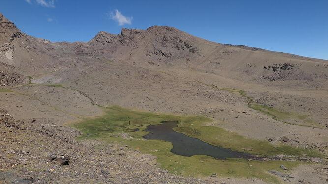 Borreguiles formados alrededor de lagunas de Sierra Nevada: Laguna Hondera y Laguna de las Cabras.