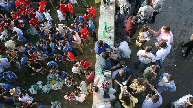 Jóvenes hacen botellón en Córdoba durante la última feria de mayo.