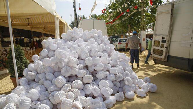 Un montón de farolillos, uno de los símbolos de la feria, apilados en el suelo tras ser retirados de una caseta.