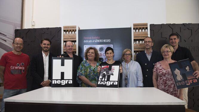 Organizadores, patrocinadores, artistas y director del festival en clave negra durante la presentanción del Granada Noir.