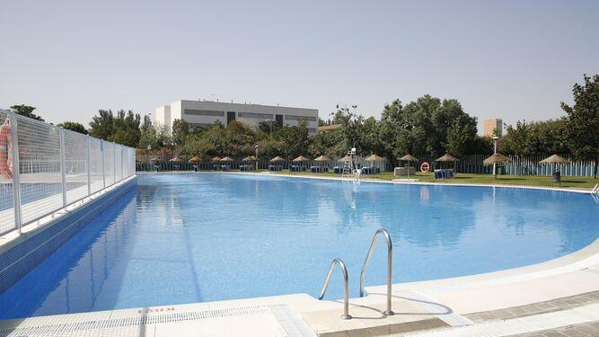 La piscina es un pequeño oasis en la ciudad donde refrescarse en verano.