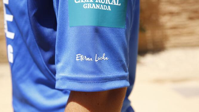 Todos los integrantes del Granada, masculino y femenino, que actuaron como modelos posan con las nuevas equipaciones.