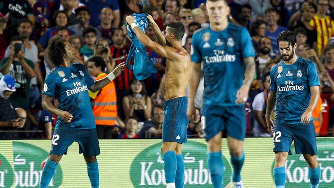 Ronaldo muestra su camiseta a la grada del Camp Nou.