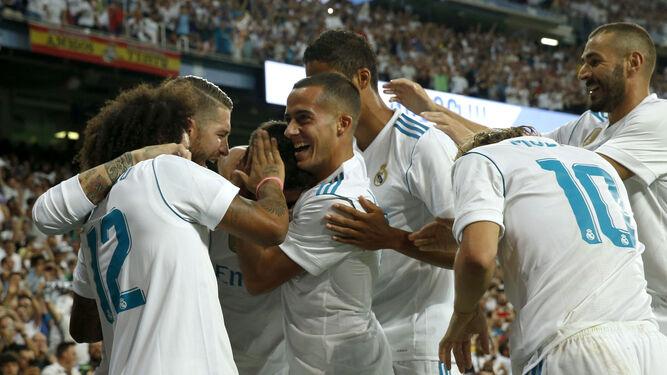 Los madridistas felicitan a Asensio tras su gol.