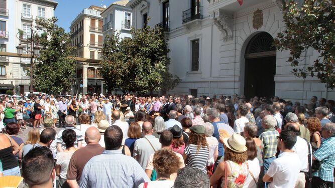 Minuto de silencio frente al Ayuntamiento de Granada en condena de los atentados sucedidos el jueves en Barcelona y Cambrils.