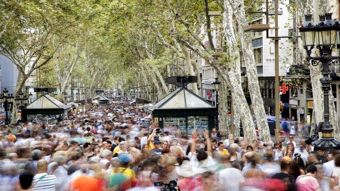 Las Ramblas registraron ayer por la tarde una gran afluencia de público un día después del atentado.