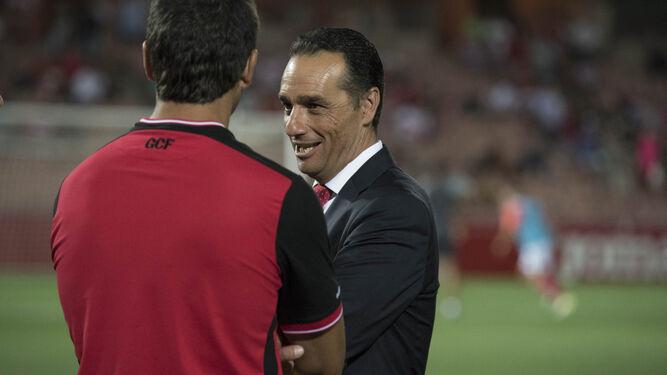 Oltra charla con uno de sus ayudantes antes del partido.