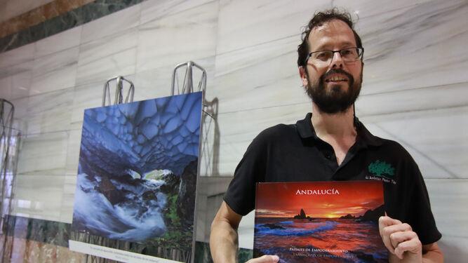 Manschot con uno de sus libros en la muestra que exhibe también estos días en el Palacio de Congresos de Granada.