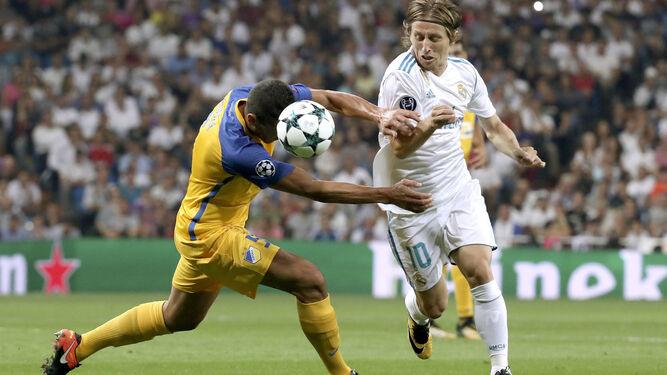 Modric evita a un rival.