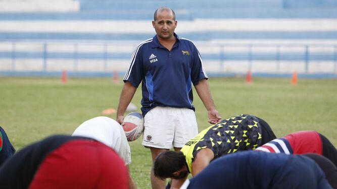 Fabián Pérez Lía da instrucciones a sus jugadores durante un calentamiento en Fuentenueva.