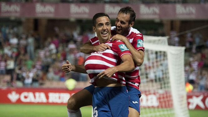 Víctor Díaz se sube a la espalda de Pedro Sánchez en la celebración del 2-1 frente al Barcelona B.