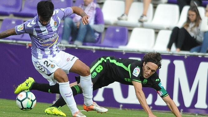 Iban Salvador pugna por el esférico con Raúl Baena que termina cayendo al césped del José Zorrilla.
