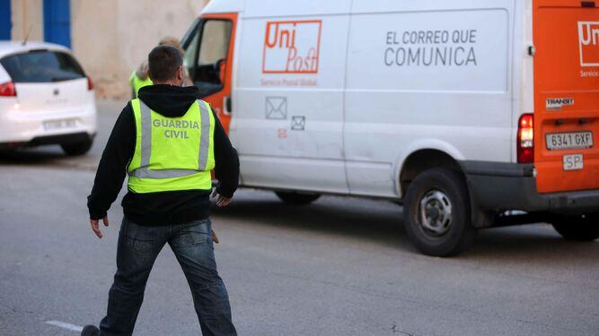 Varios agentes de la Guardia Civil, dando el alto a una furgoneta de Unipost.