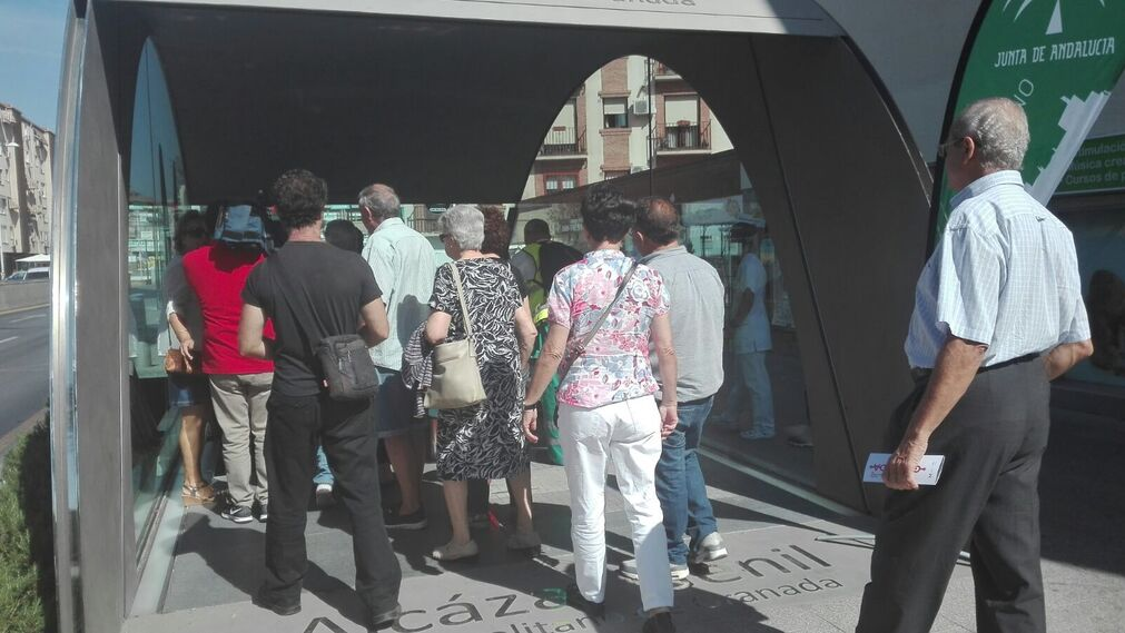 Primeros usuarios en la estación Alcázar Genil.