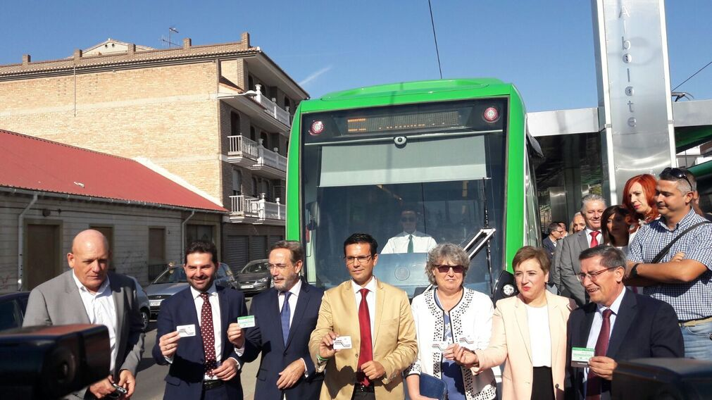 Autoridades en la inauguración del Metro.