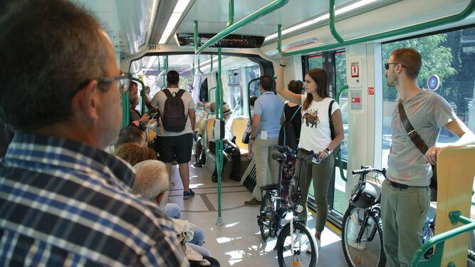 Las bicicletas también tienen su espacio en el Metropolitano. Aunque en las horas puntas, es complicado convivir con su presencia.