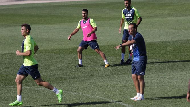 José Luis Oltra le da instrucciones a sus jugadores durante un entrenamiento de esta semana.
