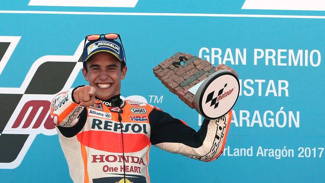 Marc Márquez, eufórico en el podio.