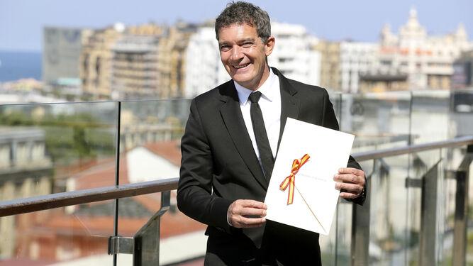 Antonio Banderas, con su Premio Nacional de Cinematografía, ayer, en San Sebastián.