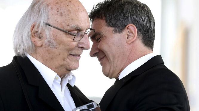 El malagueño recibe el abrazo de Carlos Saura antes de recoger el premio.