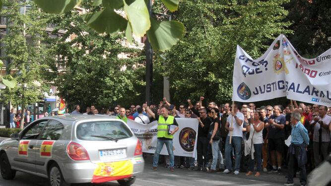 Más de 300 agentes se manifestaron ayer en Granada frente a la subdelegación de Granada.