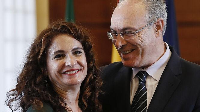 María Jesús Montero entrega a Juan Pablo Durán el proyecto de Presupuestos de la Junta para 2018.