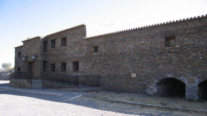 El castañar del Área Recreativa está catalogado como 'Arboleda Singular de Andalucía' (1).   El Molino Bajo acoge un Museo Etnológico y Centro de Interpretación del Agua (2).