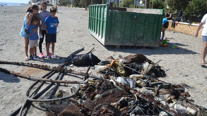 Los residuos fueron pesados y clasificados por el equipo de la Sección Científica Universitaria de buceo de apoyo logístico a la investigación.