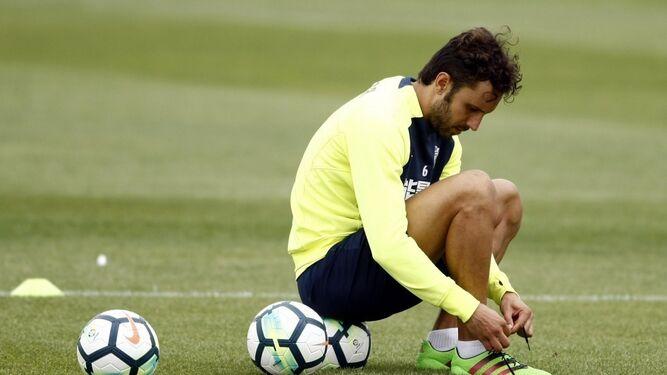 Germán Sánchez se ata las botas en el entrenamiento de ayer.
