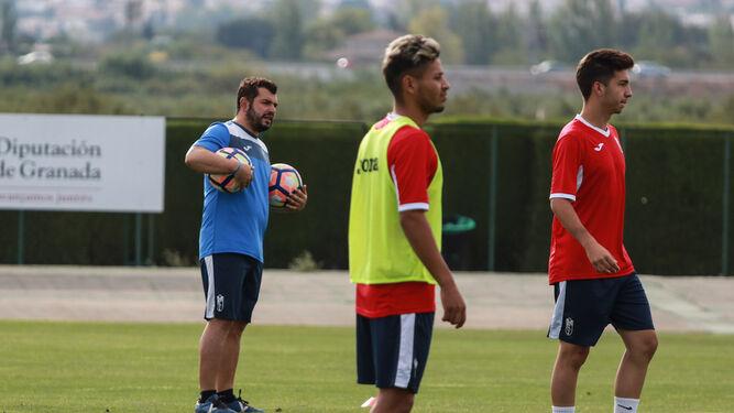 Rafa Morales, entrenador del juvenil A del Granada CF, da instrucciones durante un entrenamiento.