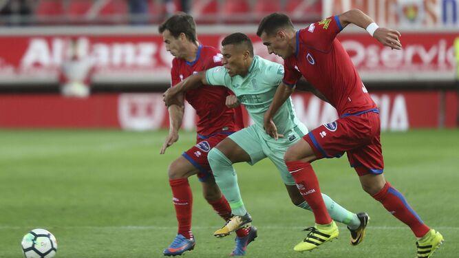 Darwin Machís conduce el esférico entre dos jugadores de Numancia.