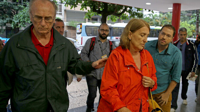 El hermano y la cuñada de la turista española fallecida en Río, acuden al hospital Miguel Couto para obtener información sobre la muerte.
