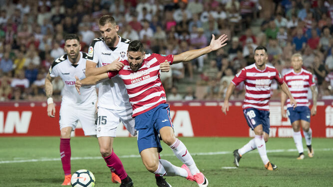 Antonio Puertas reclama penalti en una acción del primer partido de Liga contra el Albacete.