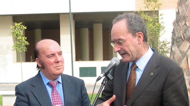 Con el alcalde, Francisco de la Torre, en la inauguración de su parque, el mismo año.
