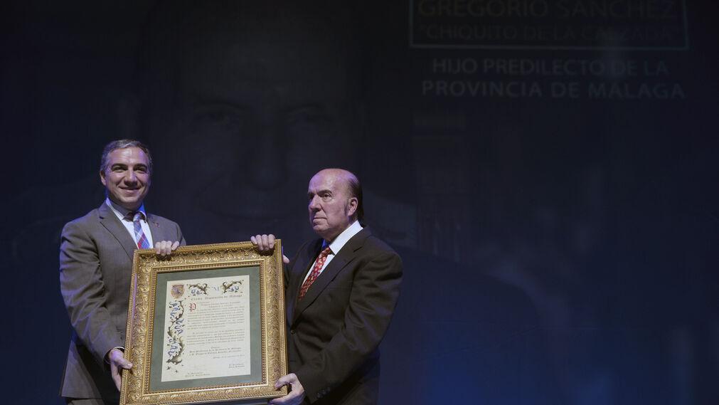 El año pasado, al recibir el nombramiento de Hijo Predilecto de la Provincia de manos del presidente de la Diputación, Elías Bendodo.