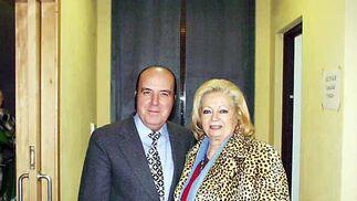 Chiquito  de  la  Calzada  junto a su mujer en la  Gala del Humor, celebrada en el  teatro municipal de  Lepe en el año 2000