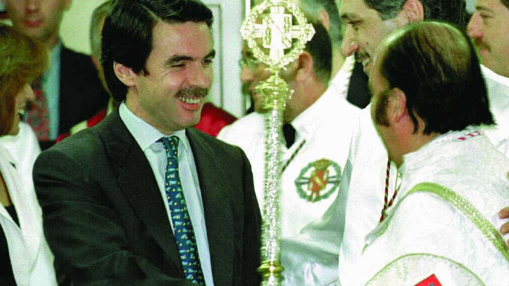 José María Aznar saluda a Chiquito  de  la  Calzada  que procesionó con el  Cautivo en 1998