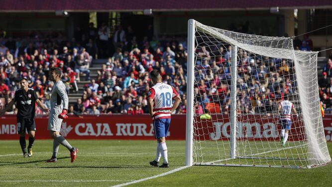 Joselu se lamenta por una ocasión fallada el domingo contra el Sevilla Atlético, que logró su primer triunfo de la temporada ante el Granada.