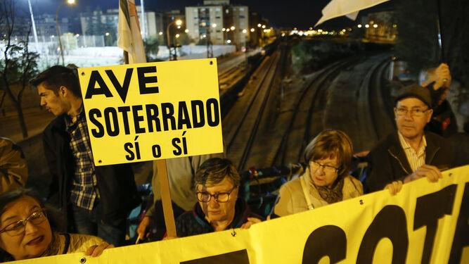 Los manifestantes recordaron que Granada lleva 955 días aislada por tren.